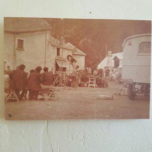 Circus in 1936 op het plein voor het pension Les Mélèzes